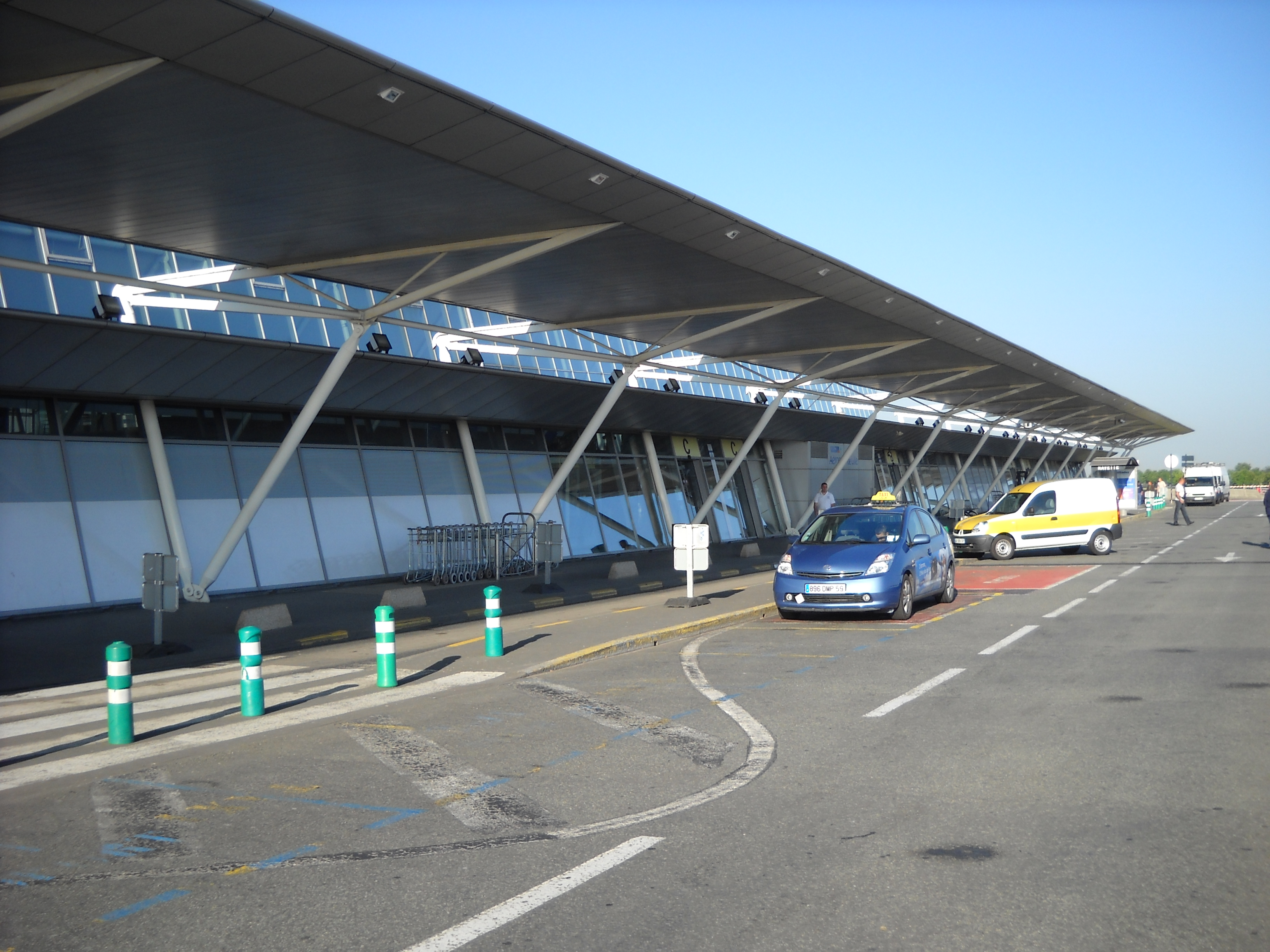 lille-lesquin_international_airport_-_terminal_-_outside_-_1
